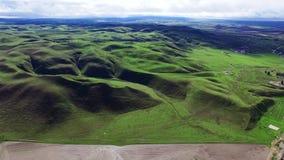 Vista aerea meravigliosa delle colline verdi e del pascolo stock footage