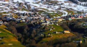 Vista aerea miniatura dello inclinazione-spostamento del villaggio in alpi Fotografia Stock