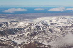 Vista aerea naturale della montagna dell'Islanda durante la stagione invernale Fotografia Stock