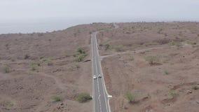 Vista aerea non classificata di guida di veicoli in una strada desertic vicino a Cidade Velha in Santiago Island in Capo Verde stock footage