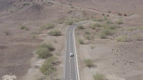 Vista aerea non classificata di guida di veicoli in una strada desertic vicino a Cidade Velha in Santiago Island in Capo Verde video d archivio