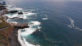 Vista aerea panoramica - costa con acqua del turchese, vista delle rocce, costa atlantica, isola di Tenerife stock footage