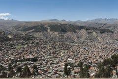Vista aerea panoramica del La Paz dal sistema di trasporto della cabina di funivia di MI Teleferico - Bolivia immagini stock