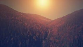Vista aerea panoramica del paesaggio della montagna di tramonto fotografia stock libera da diritti