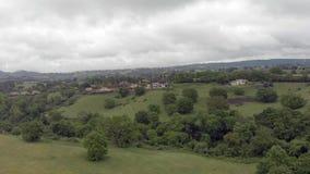 Vista aerea panoramica della campagna dell'Italia con la valle e le colline verdi stock footage