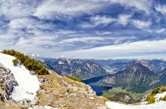 Vista aerea panoramica delle montagne delle alpi, dei picchi di montagne nevosi e del lago Hallstattersee Immagine Stock