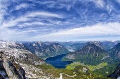 Vista aerea panoramica delle montagne delle alpi, dei picchi di montagne nevosi e del lago Hallstattersee Fotografia Stock
