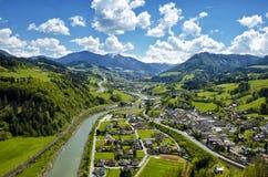 Vista aerea panoramica delle montagne e del villaggio delle alpi in val verde Immagine Stock Libera da Diritti