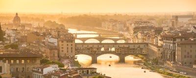 Vista aerea panoramica di Firenze al tramonto con il Ponte Vecchio ed il fiume di Arno, Toscana Italia Fotografia Stock