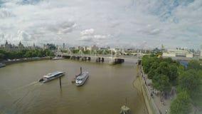 Vista aerea panoramica di lasso di tempo di paesaggio urbano di Londra con le barche ed i turisti di navigazione del Tamigi che c video d archivio