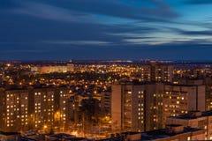 Vista aerea panoramica di paesaggio urbano di inverno di notte di area vivente nella città di Voronež Immagini Stock