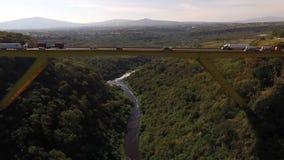 Vista aerea parallela di orizzonte e del ponte archivi video