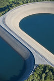 Vista aerea: Particolare di una diga con 2 laghi Fotografie Stock Libere da Diritti