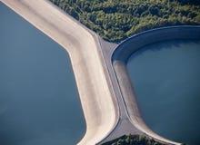 Vista aerea: Particolare di una diga con 2 laghi Immagine Stock Libera da Diritti
