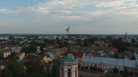 Vista aerea - piccola città a Sambor, centro urbano, bandiera Ucraina archivi video