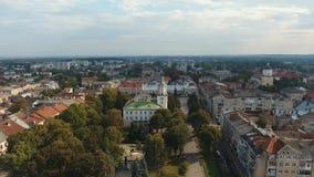 Vista aerea - piccola città a Sambor, centro urbano, bandiera Ucraina video d archivio