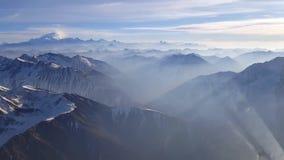 Vista aerea pittoresca del fuco sulla gamma a catena enorme della roccia della montagna della scogliera di pietra innevata della  video d archivio