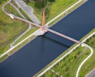 Vista aerea: Ponticello rosso che attraversa un canale fotografie stock