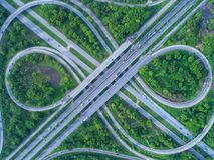 Vista aerea, rotonda della strada, superstrada con i lotti dell'automobile in ci fotografie stock libere da diritti