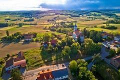 Vista aerea rurale idilliaca del villaggio della Croazia Fotografia Stock