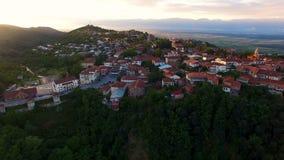 Vista aerea sbalorditiva della città di Sighnagi, della valle di Alazani e delle montagne di Caucaso archivi video