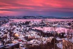 Vista aerea sopra il centro urbano nevoso di Bergen dal supporto Ulriken al tramonto nell'inverno fotografie stock libere da diritti