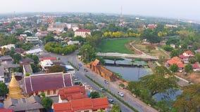 Vista aerea sopra il fiume nella città del lamphun stock footage