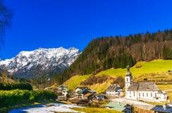Vista aerea sopra il paesaggio della montagna delle alpi dal villaggio Ramsa Fotografie Stock