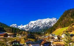 Vista aerea sopra il paesaggio della montagna delle alpi dal villaggio Ramsau Fotografia Stock Libera da Diritti