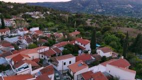 Vista aerea sopra il paesino di montagna autentico tradizionale nel Cipro video d archivio