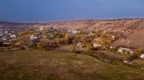 Vista aerea sopra il piccolo villaggio fotografia stock
