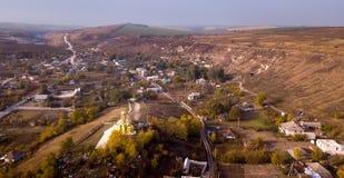 Vista aerea sopra il piccolo villaggio immagine stock libera da diritti