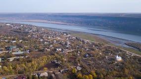Vista aerea sopra il villaggio ed il fiume fotografia stock libera da diritti