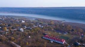 Vista aerea sopra il villaggio ed il fiume fotografie stock