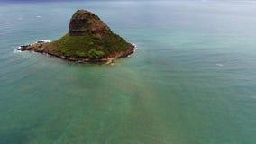 Vista aerea sopra l'isola di Mokolii sulla riva orientale di Oahu video d archivio