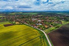 Vista aerea sopra la campagna del villaggio in mezzo alla valle Fotografia Stock Libera da Diritti