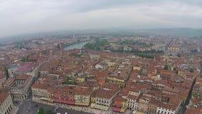 Vista aerea sopra la città italiana Lucca con i tetti tipici di terracotta archivi video