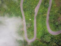 Vista aerea sopra la strada della montagna che passa attraverso il paesaggio della foresta, W Fotografia Stock Libera da Diritti