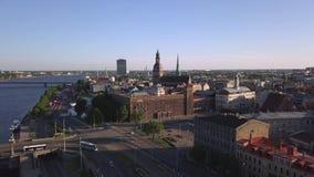 Vista aerea sopra la vecchia città di Riga stock footage