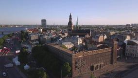 Vista aerea sopra la vecchia città di Riga archivi video