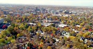 Vista aerea sopraelevata di Boise Idaho con gli alberi di caduta a colore di punta video d archivio
