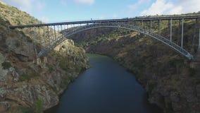 Vista aerea sotto il ponte del ferro sopra il canyon stock footage
