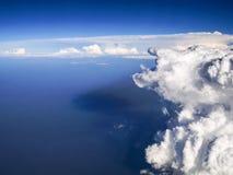 Vista aerea spettacolare dalle nuvole bianche uniche e pittoresche della finestra dell'aeroplano belle, con il fondo profondo del fotografia stock libera da diritti