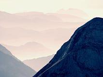Vista aerea spettacolare delle siluette della montagna e delle valli nebbiose Svegliarsi nebbioso di bella valle leggiadramente Immagine Stock Libera da Diritti