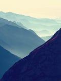 Vista aerea spettacolare delle siluette della montagna e delle valli nebbiose Svegliarsi nebbioso di bella valle leggiadramente Immagini Stock