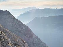 Vista aerea spettacolare delle siluette della montagna e delle valli nebbiose Svegliarsi nebbioso di bella valle leggiadramente Immagini Stock Libere da Diritti