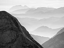 Vista aerea spettacolare delle siluette della montagna e delle valli nebbiose Svegliarsi nebbioso di bella valle leggiadramente Fotografia Stock Libera da Diritti