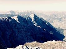 Vista aerea spettacolare delle siluette della montagna e delle valli nebbiose Svegliarsi nebbioso di bella valle leggiadramente Fotografia Stock