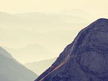 Vista aerea spettacolare delle siluette della montagna e delle valli nebbiose Svegliarsi nebbioso di bella valle leggiadramente Immagine Stock