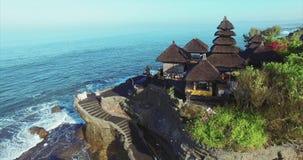 Vista aerea strabiliante del tempio del lotto di Tanah archivi video